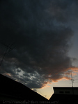 夕焼け色の黒い雲